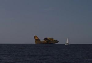 Löschflugzeug startet neben der SY Beluga