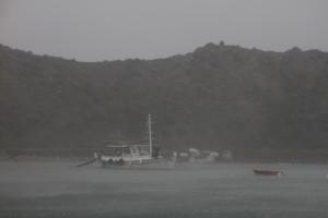 Fischerboot im Regen vor Errikousa