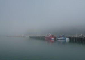 Fischerboote im Nebel in Nazaré