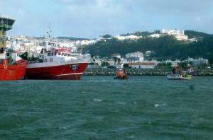 Leinenübergabe vom Fischtrawler an kleines Fischerboot