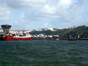 Verbringung des Fischtrawlers Fiuza zurück an den Pier von Nazaré