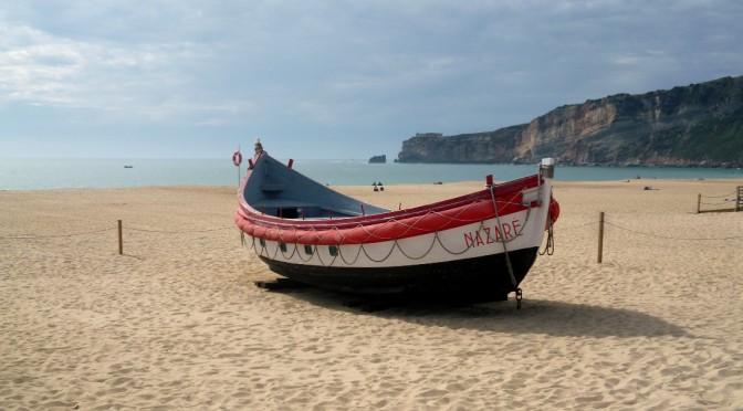 Fischerboot am Strand von Nazaré
