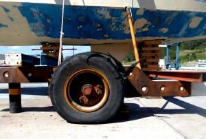Trailer mit geplatztem Reifen