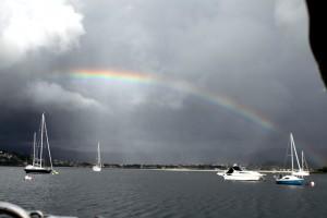 Regenbogen über der Bucht von Baiona