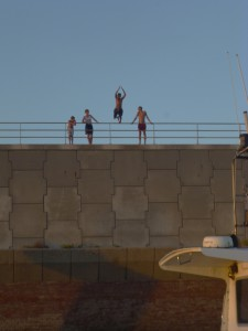 Sprung von der Hafenmauer ins kühle Wasser