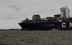Frachter macht Welle auf der Elbe