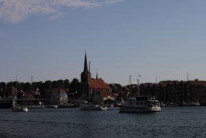 Warten vor der Brücke in Sonderborg